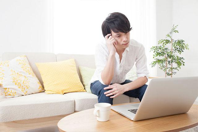 パソコンの購入を悩んでいる男性