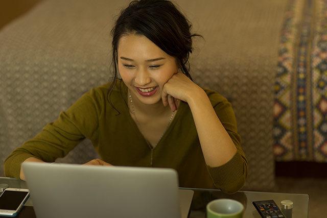 パソコンゲームで遊ぶ女性