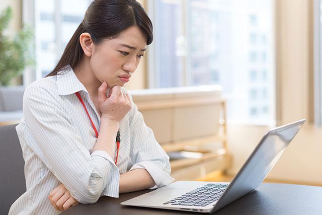 パソコンの購入を悩む女性