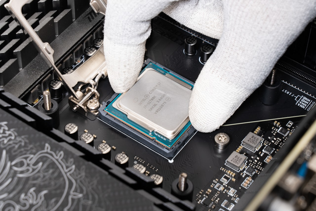 CPUを取り外す様子