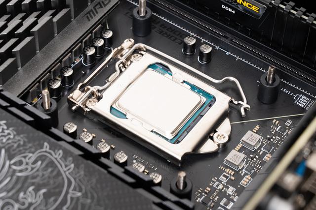 CPUを固定する様子